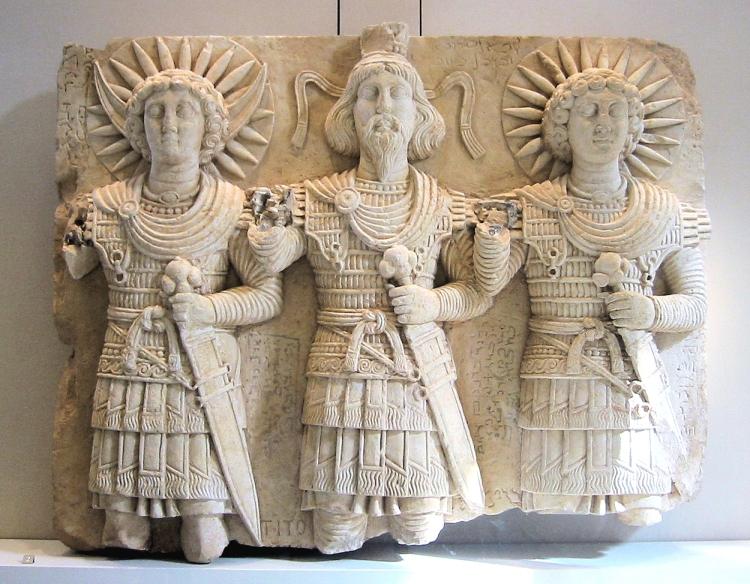 Tríade de divinitats de Palmira representant el déu Aglibol, el déu suprem Baalshamin i el déu Malakbel. Peça del segle I trobada prop de Bir Wereb, Wadi Miyah, Síria. Museu del Louvre.